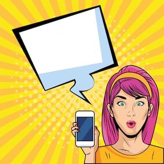 レトロなスマートフォンを持つ女性