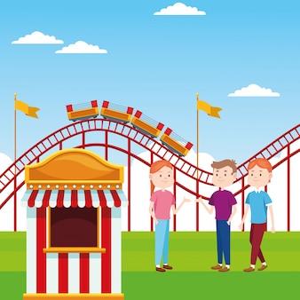 Билетная касса и счастливые люди, стоящие над американскими горками и пейзажем