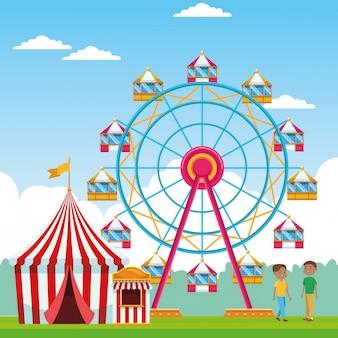 Счастливые мальчики на ярмарке с колесом обозрения и в палатке над пейзажем