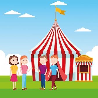 Мультяшный счастливых людей, стоящих над ярмарочной палаткой и билетной кассе
