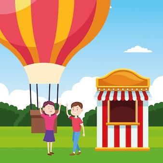 Воздушный шар и счастливая пара рядом с билетной кассой над пейзажем