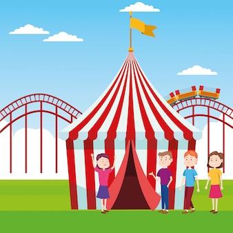 Ярмарка палаток и людей, стоящих над американскими горками и пейзажем