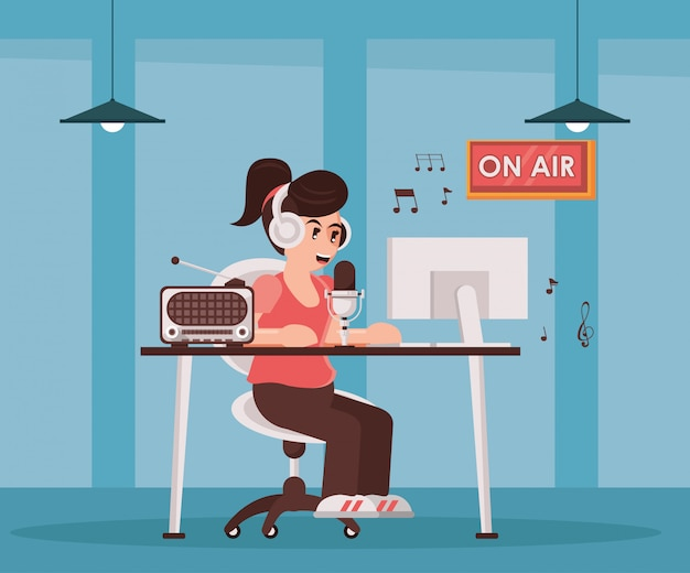 Женский диктор с радио микрофоном и наушниками