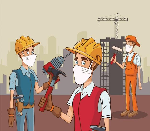 Группа строителей, использующих маску для лица