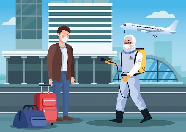 Работник по биобезопасности дезинфицирует аэропорт для
