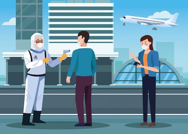 Работник биобезопасности проверяет температуру в аэропорту для