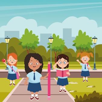 制服キャラクターの小さな学生の女の子