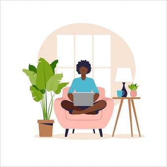 Афро-американских женщина, сидя на диване с ноутбуком. работаю на компьютере. внештатный, онлайн-образование или концепция социальных медиа. работа на дому, удаленная работа. плоский стиль иллюстрации.