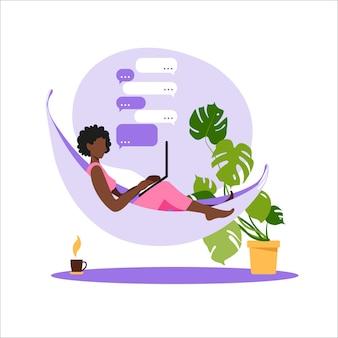 Афро-американских женщина, сидящая в гамаке с ноутбуком. работаю на компьютере. внештатный, онлайн-образование или концепция социальных медиа. работа на дому, удаленная работа. плоский стиль современной иллюстрации.