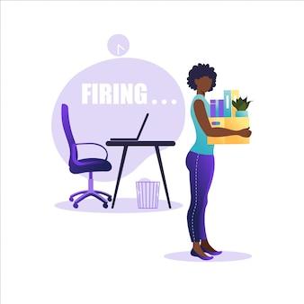 Иллюстрация увольнения работника. афро-американская женщина стоя с коробкой офисов с вещами. понятие безработицы, кризис, безработица и сокращение рабочих мест. потеря работы.