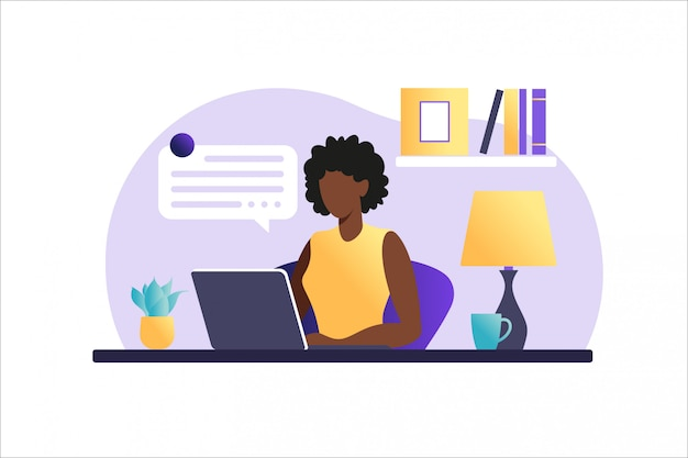 Афро-американских женщина сидит за столом с ноутбуком. работаю на компьютере. внештатный, онлайн-образование или концепция социальных медиа. работа на дому, удаленная работа. плоский стиль иллюстрации.
