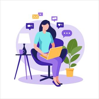 Женщина сидит на стуле с ноутбуком. работаю на компьютере. внештатный, онлайн-образование или концепция социальных медиа. внештатный или изучение концепции. плоский стиль современной иллюстрации на белом.