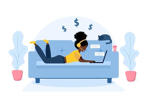 女性のフリーランス。ソファーで横になっているヘッドフォンでラップトップを持つアフリカの女の子。仕事、勉強、教育、自宅での仕事、健康的なライフスタイルのための概念図。フラットスタイルのイラスト。