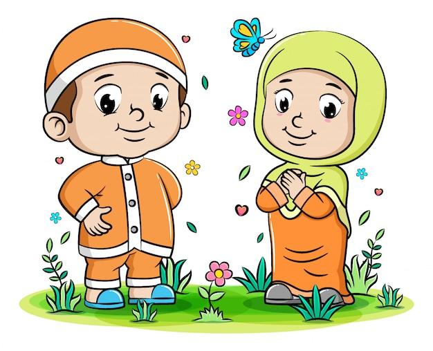 Счастливые родители мусульмане наслаждаются в парке