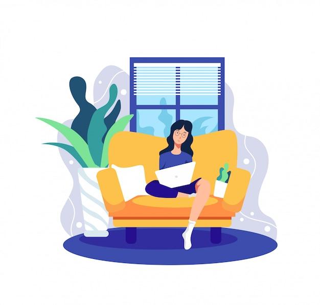 ソファーでノートパソコンをしている女の子