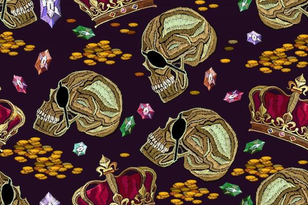 Вышивка, золотая корона и человеческий череп. готический бесшовный фон