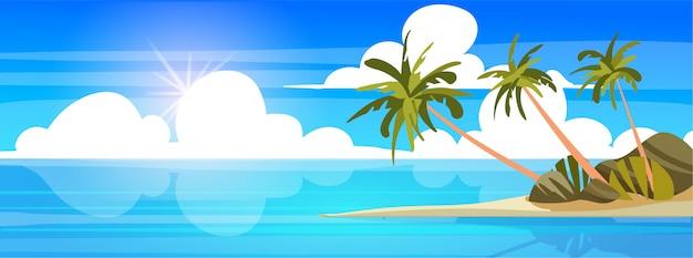 Пляж с пальмами и золотым песком.