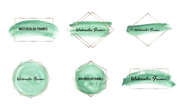ゴールドのポリゴンフレームと緑のブラシストローク水彩テクスチャ。手描きの水彩画の洗浄で幾何学的形状。
