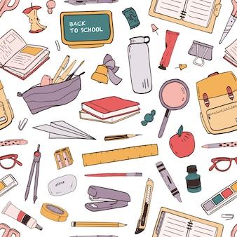 Красочная безшовная картина с разбросанными школьными принадлежностями или канцелярскими принадлежностями для образования на белой предпосылке. ручной обращается иллюстрации в реалистическом стиле для обоев, упаковочная бумага, ткань печати.