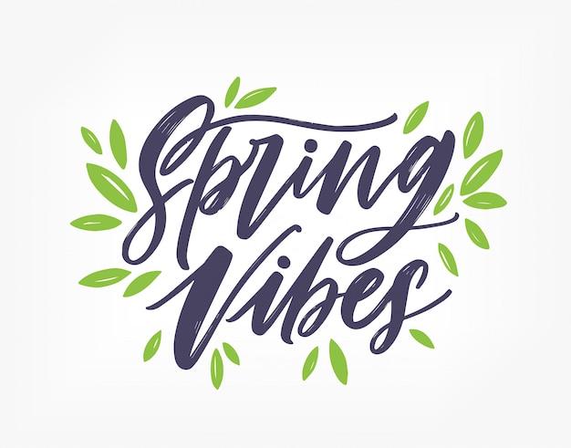 春の雰囲気、エレガントなカリグラフィフォントまたはスクリプトで書かれ、緑の葉で飾られた豪華なレタリング。春の碑文は、白い背景で隔離。手描きイラスト。
