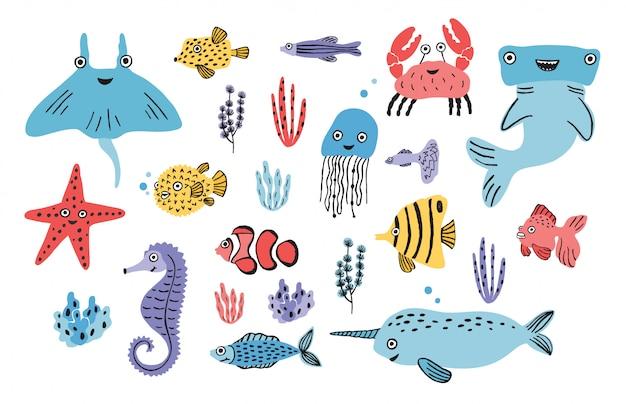 海の生活セット。手描きの藻、ふぐ、クラゲ、カニ、シュモクザメ、クジラ、ヒトデ、サメ、タツノオトシゴ、マンタ、イッカク。カラフルなイラスト集。
