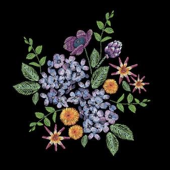 ライラック、花、葉の枝と刺繍の組成物。黒の背景に花柄のサテンステッチ刺繍。服、ドレス、生地、装飾のフォークラインのトレンディなパターン。