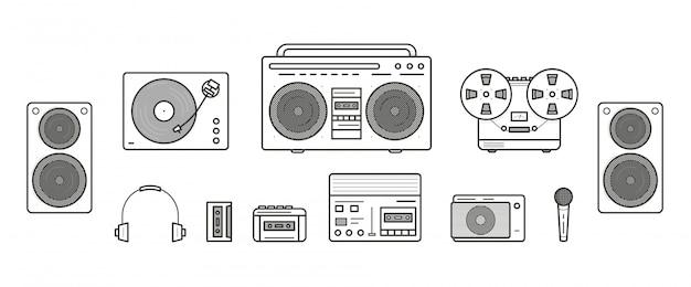 サウンドシステムのレトロコレクション。ポータブルプレーヤー、ヘッドフォン、カセットプレーヤー、ステレオシステム、スピーカー、レコードプレーヤー、テープレコーダー、マイク、ラジオ、ビニールプレーヤー。輪郭線アートイラストセット
