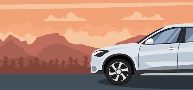 山の夕日に車