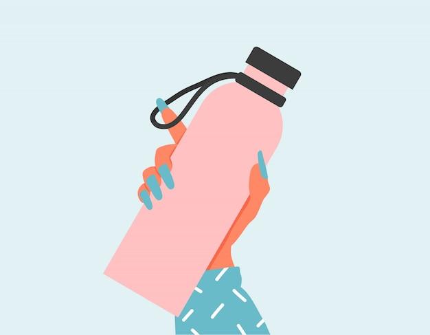 再利用可能な水のボトルを保持しているクローズアップの女性。世界環境デーとアースデーのコンセプト