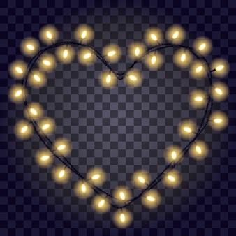 Гирлянда в форме сердца с горящими желтыми огнями, изолированные на темно-фиолетовом прозрачном фоне.