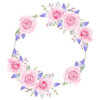 ピンクのバラとムスカリの花と花のフレームの背景