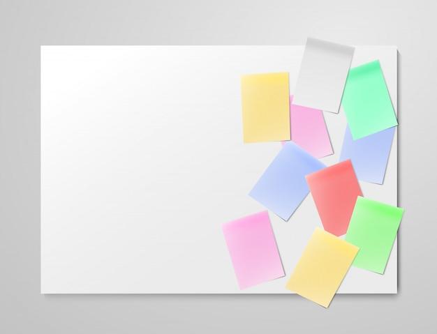 ライトグレーのボード上の現実的なカラフルな空白の紙シート。アジャイルスクラム管理用のかんばんタスクボード