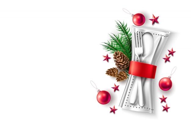 お祝いディナーテーブルセッティングスプーン、フォークナイフ、ナプキンに赤いリボンスプルースの枝、松ぼっくり、赤い星、ボールグッズ。クリスマスホリデーレストラン、カフェメニューデザイン、招待状