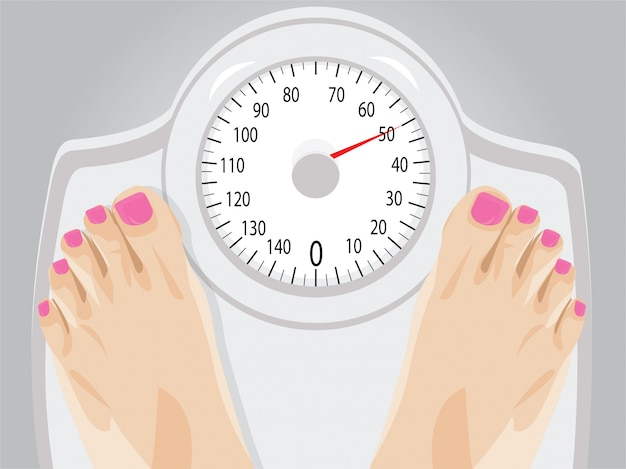 Женщина, стоящая на весах для похудения