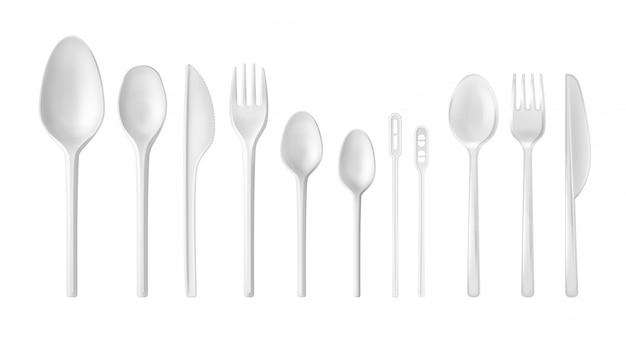 白い背景に分離された現実的な白と透明の使い捨て食器のセット