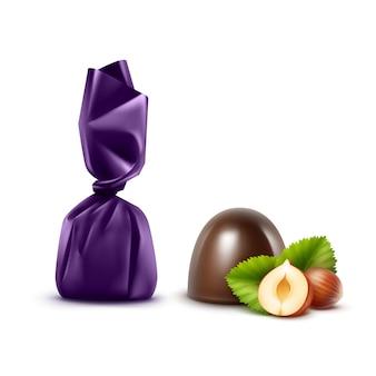 フォイルバイオレットの光沢のあるラッパーでヘーゼルナッツとリアルなダークブラックビターチョコレート菓子のセットをクローズアップで孤立した白い背景