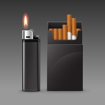 暗い背景に分離されたタバコのパックと炎と空白の黒いプラスチック金属ライターのセットをクローズアップ