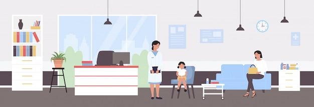 小児科医医師試験イラスト。医療病院のオフィスで少女の子供の患者を調べる漫画の小児専門医の文字。医学医療、児童予防試験の背景