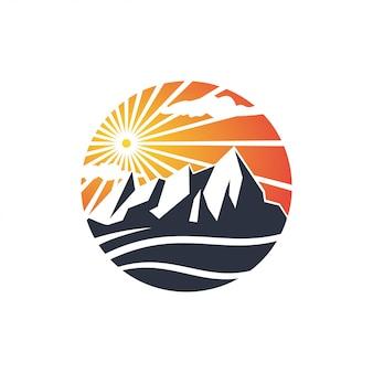 山の自然の夕日
