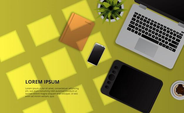 Компьтер-книжка, примечание, телефон, таблетка чертежа, взгляд сверху завода на желтом столе с влиянием солнечного света окон.