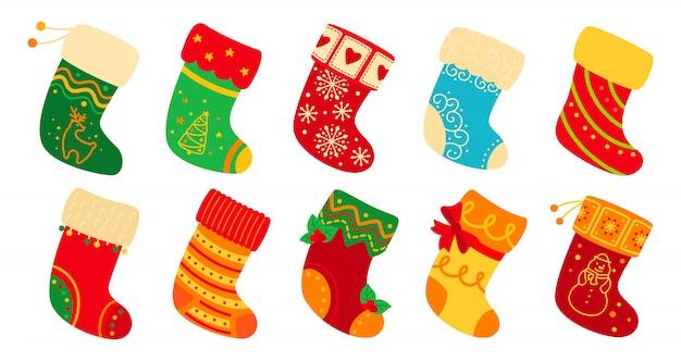 Рождественские носки плоский набор. мультфильм праздник милые традиционные красочные и богато украшенные чулки. новогодние носки для подарка, украшенные падубом и узорами. новогодняя дизайнерская коллекция. иллюстрация