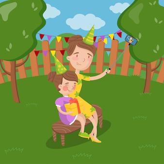 Мать и ее дочь носить колпаки, принимая селфи фото в саду, летний пейзаж иллюстрация