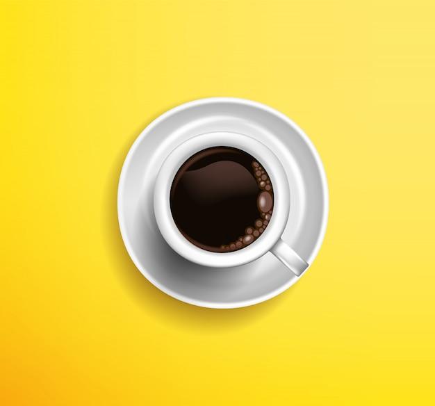 黄色の背景にコーヒーアメリカーノの古典的な白いカップ。上からの眺め