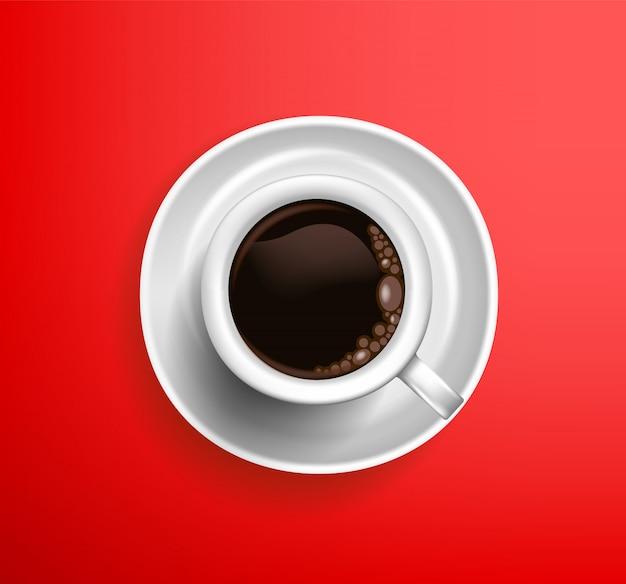 赤い背景の上のコーヒーアメリカーノの古典的な白いカップ。上からの眺め