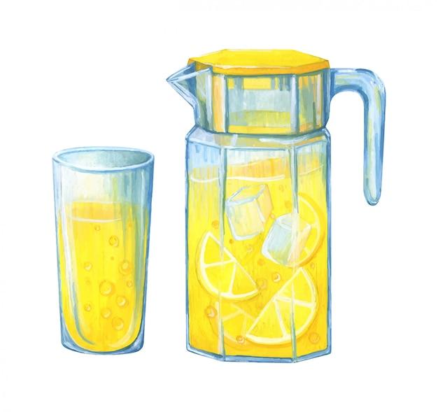 Графин домашнего лимонада со льдом и стаканом свежевыжатого цитрусового сока.