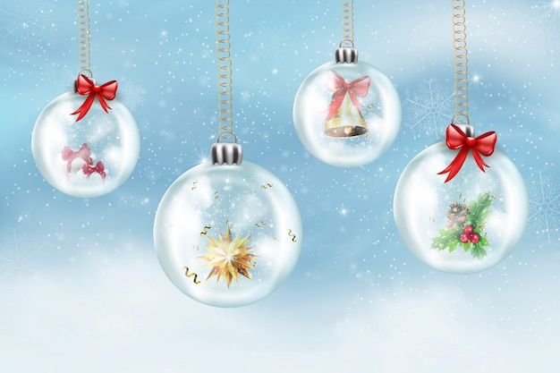 ガラスの透明なクリスマスボール、雪に覆われた冬の背景にクリスマスツリーを掛ける