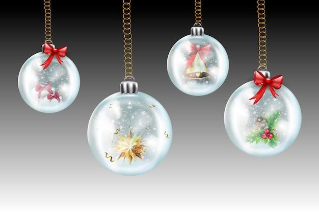 クリスマスと新年が来ています。ガラスの透明なクリスマスボールは、雪に覆われた冬の背景にクリスマスツリーに掛けます。雪が降る、トウヒの森のシルエットと冬の風景の背景