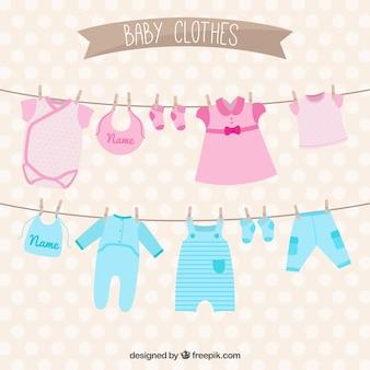 赤ちゃんの服は、ロープにぶら下がっ