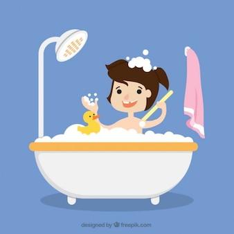 Девочка, принимая ванну с ее игрушкой