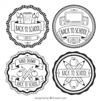 学校に戻ってのための黒と白のラベル、手が描か